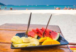 Que alimentos devemos levar para um dia de praia?