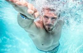 Perca peso a nadar.
