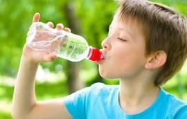 O que as crianças devem beber... água